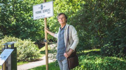 Marc Cosyns zet straatnaambord voor beeldhouwster Yvonne Serruys in Citadelpark