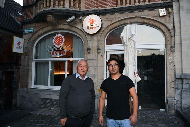 Mingma van Ambi, met zijn vennoot Tenjing in zijn nieuwe zaak op de Oude Markt, de Sakana Sushi