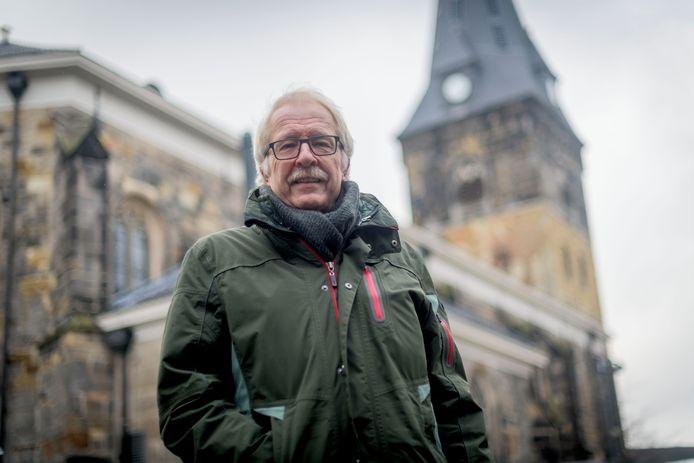 Bert Haer voor een van zijn favoriete gebouwen in Enschede, de Grote Kerk op de Oude Markt.