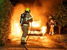 Op oprit geparkeerde auto brandt volledig uit in Alblasserdam