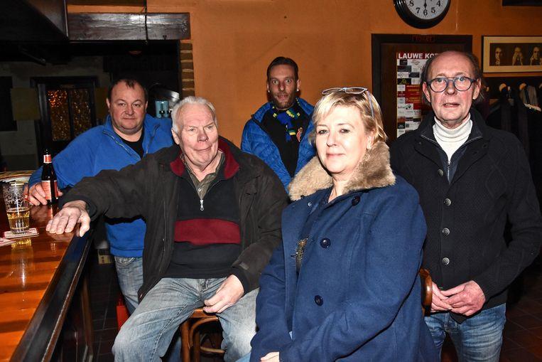 Filip Mulleman met een paar van zijn laatste klanten. Vooraan zien we Siska Couckuyt van café De Smokkelaar