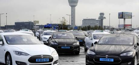 Taxi-chauffeurs Schiphol: 'Tesla's niet geschikt voor intensief gebruik'