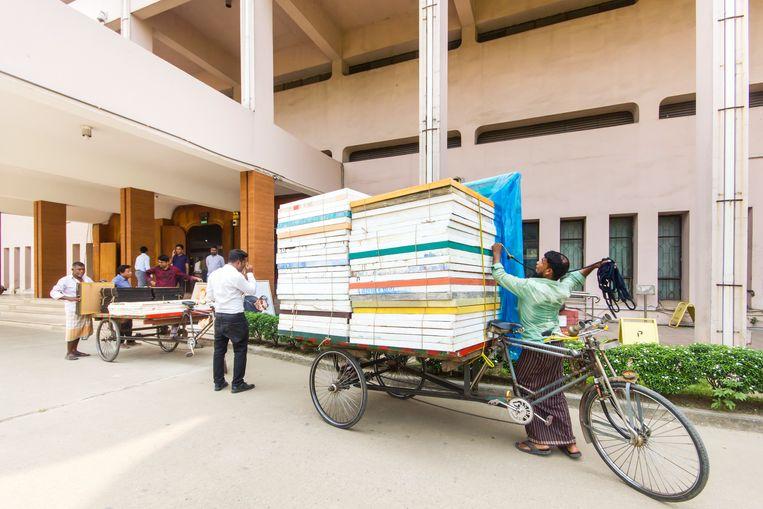 Kunsttransport met de Bengaalse slag bij het Nationaal Museum van Bangladesh. Beeld null