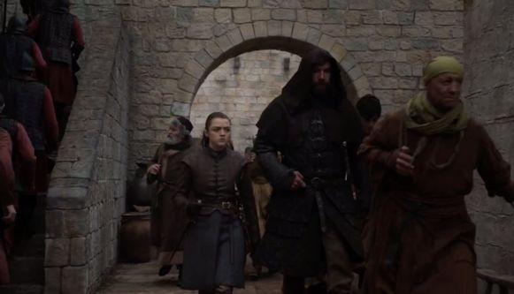 Arya en The Hound sluipen de stad binnen.