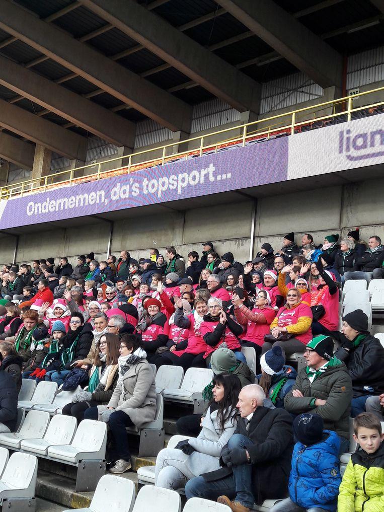 De vrouwelijke supporters trokken voor één keer een roze shirt aan.