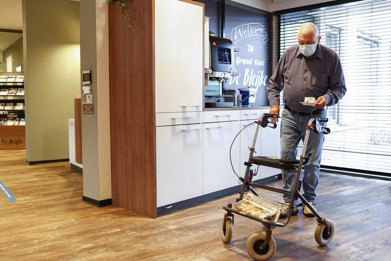 Een bezoeker met mondkapje bij verpleeghuis De Bleijke. Voor personeel en bezoekers is het verplicht gesteld. Beeld Vincent Jannink, ANP
