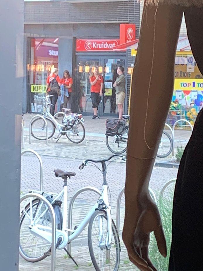 Lijm in het slot van de winkeldeur van Het Kruidvat aan de Grotestraat in Nijverdal, dus wachten op de vervanging van de sloten.