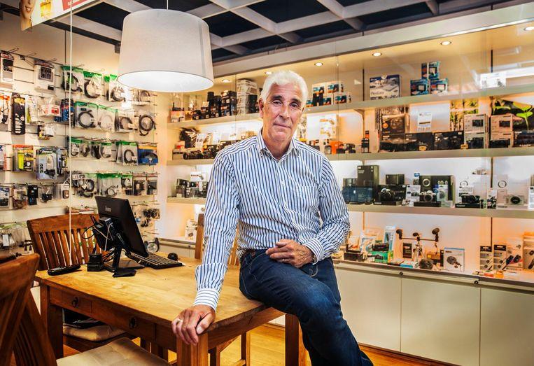 Hans van den Boogaardt in zijn fotowinkel in Voorschoten. Beeld Aurélie Geurts