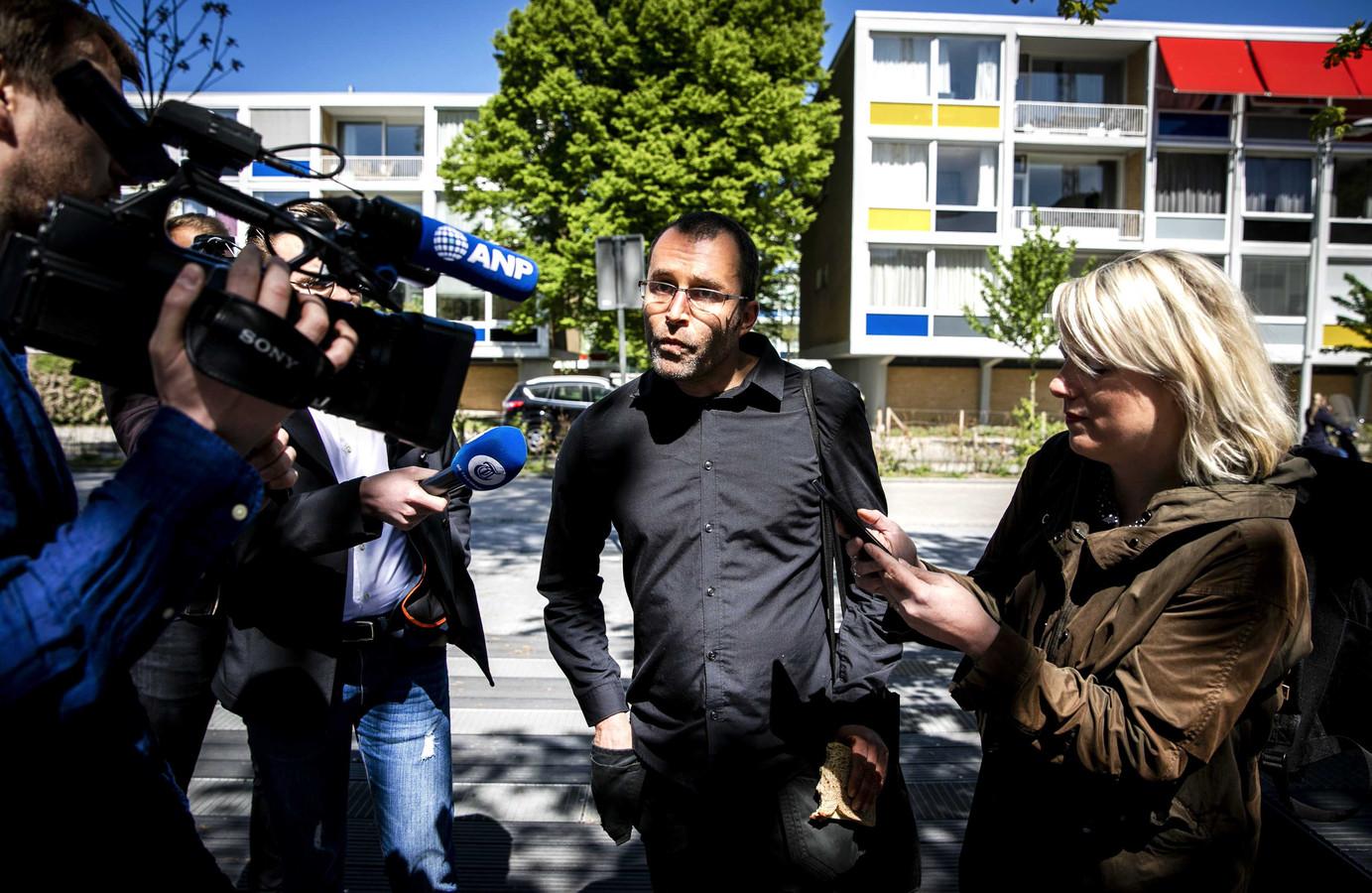 Initiatiefnemer Rogier Meijerink van #Geen4MeiVoorMij komt aan bij de rechtbank voor aanvang van het kort geding.