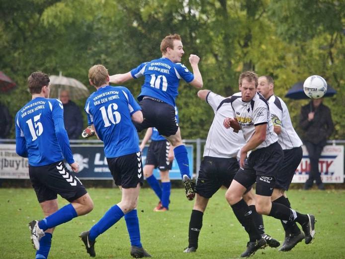 Bart van den Hemel (nummer tien, midden) van Groede kopt richting het doel van Breskens. Hij scoorde één keer tijdens de derby, maar dat bleek niet genoeg voor de zege. Breskens won met 4-2. FOTO Ronald den Dekker
