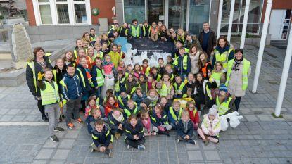 Schoolkinderen helpen mee zwerfvuil opruimen