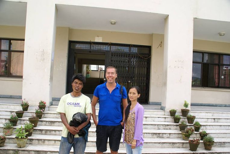 Franky Devos centraal met links de vader en rechts de dochter van de Nepalese familie die hij financieel ondersteunt.