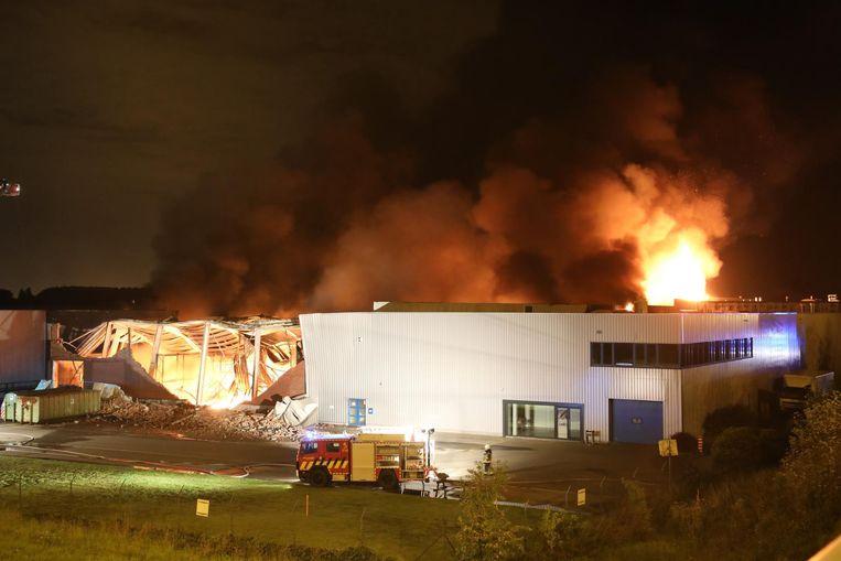 De brandweer kwam met zo'n 40 voertuigen ter plaatse om de uitslaande brand te bestrijden.