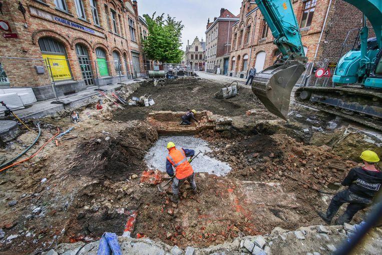 Tijdens de opgravingen werd resten van muren en van een brugje blootgelegd.