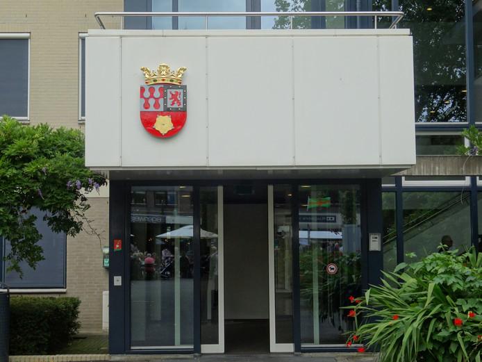 Het wapen van de nieuwe gemeente Berg en Dal op de gevel van het gemeentehuis in Groesbeek.  Foto DG