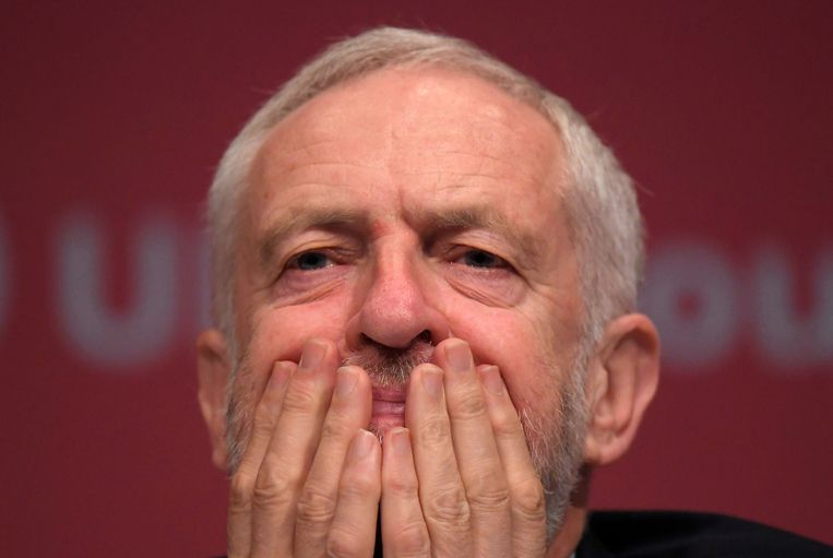 De Britse leider van de Labour-partij Jeremy Corbyn luistert naar speeches bij de Labour Party Conference in Brighton, Engeland op 26 september  2017.  Beeld REUTERS