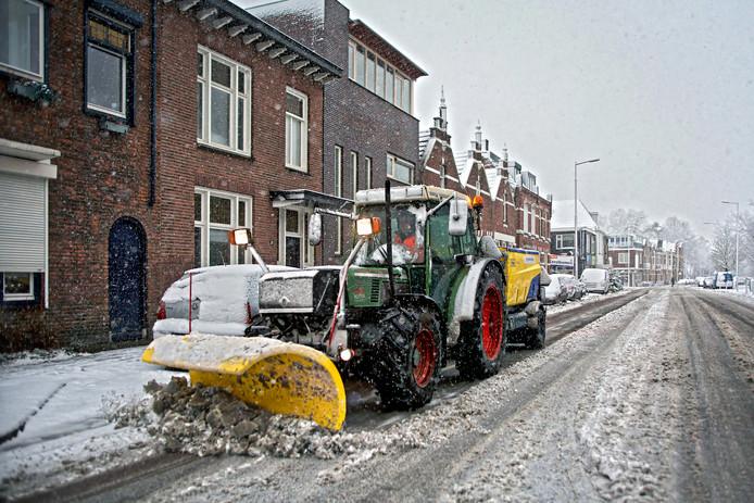De strooiwagens gaan de weg met sneeuwschuivers. Kleinere tractoren maken de fietspaden sneeuwvrij, zoals hier aan de Generaal Maczekstraat in Breda.
