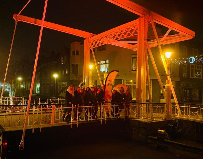 Leden van serviceclub Zonta rond de Reest op de oranjegekleurde Zuiderbrug