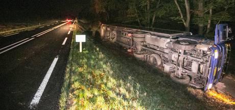 Vrachtwagen belandt op zijkant langs N224 bij Ede
