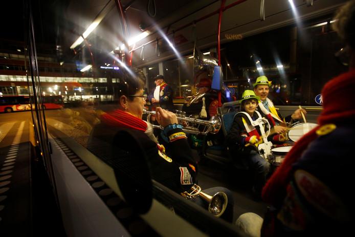 Oeteldonkers in de bus terug naar huis.