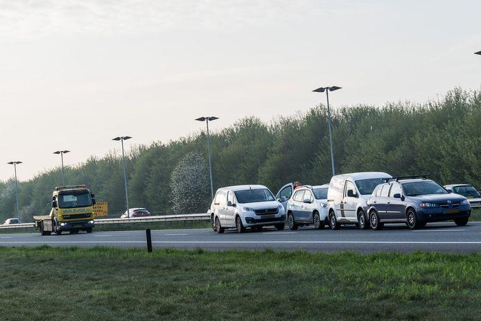 Bij het ongeluk zijn vijf voertuigen betrokken.