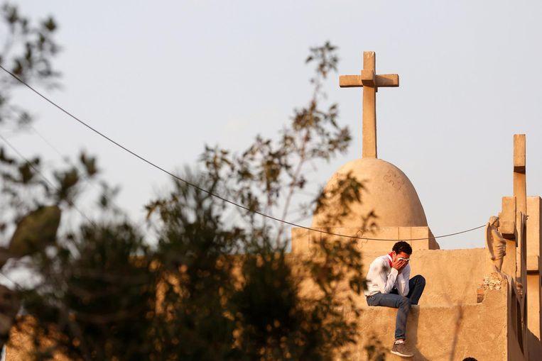Een man huilt tijdens de begrafenis van de slachtoffers van de aanslag. Beeld reuters