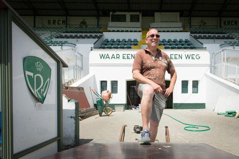 Materiaalmeester Albert aan het werk in het stadion.
