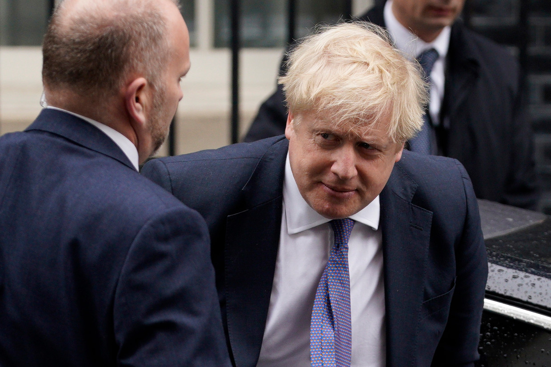 Boris Johnson komt aan bij zijn ambtswoning waar hij donderdag de wijzigingen in zijn ministersploeg aankondigde.