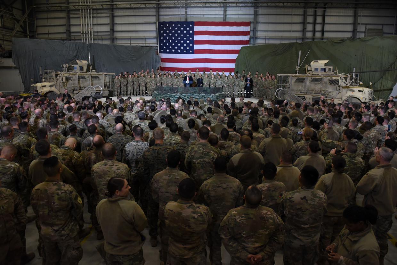 President Trump spreekt de Amerikaanse troepen toe tijdens een verrassingsbezoek voor Thanksgiving aan de vliegbasis Bagram in Afghanistan, november vorig jaar.