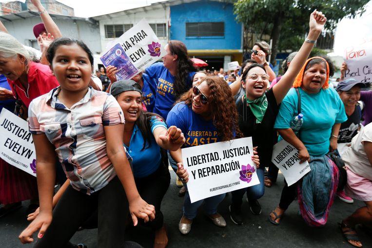 Vrouwen vieren uitbundig de vrijspraak van Evelyn Hernandez.  Beeld null