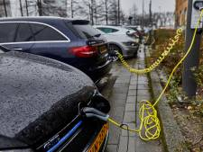 Ophef over bredere parkeervakken voor Tesla's in gemeente Zuidplas: 'Dit is kolder'