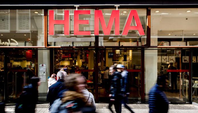 Exterieur van een vestiging van de HEMA aan de Nieuwedijk. Het winkelbedrijf weet het verlies verder te beperken.