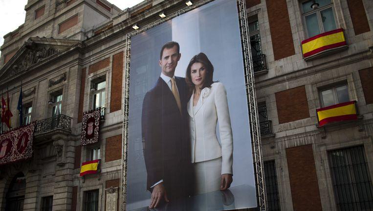 Een reusachtige foto van het nieuwe Spaanse koningspaar, Felipe VI en zijn vrouw Letizia, in het centrum van Madrid. Beeld ap