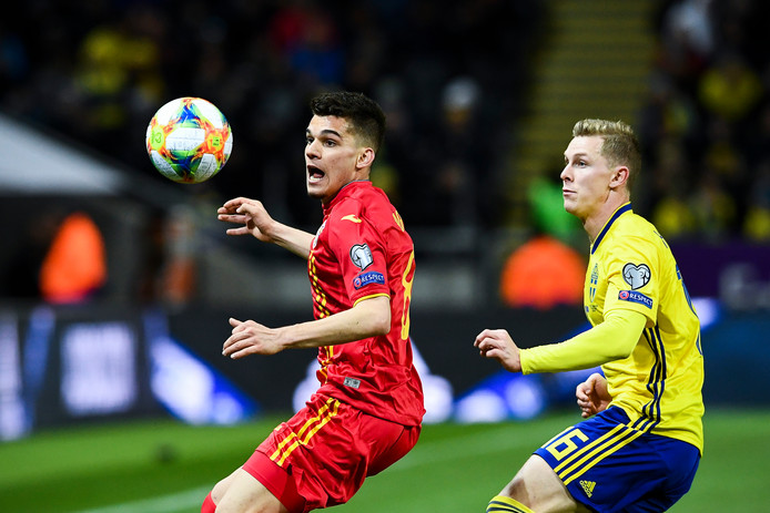 Ianis Hagi (links) in duel met Zweden.