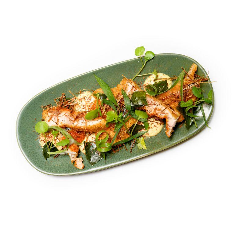 T.F.C. - Krokante Thaise gebakken kippendijen met citroengras, limoenblaadjes en groene currymayo. Beeld Els Zweerink