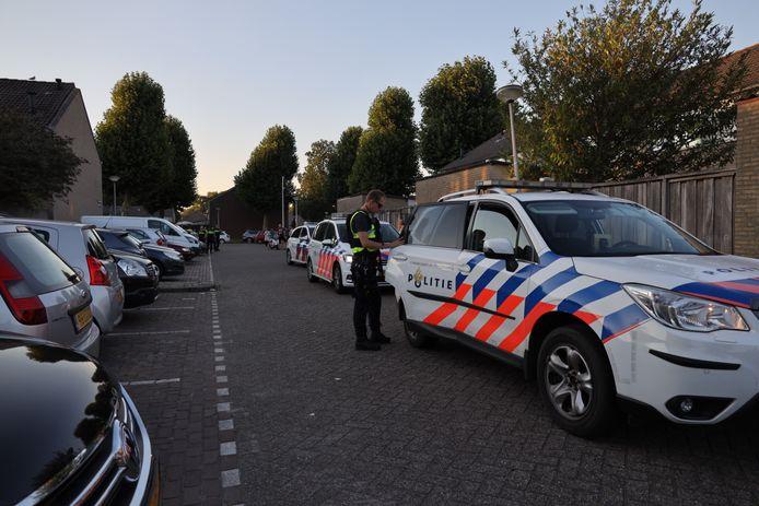 De politie rukte vrijdagavond uit met meerdere wagens uit naar het Schubertpark in Waalwijk na een melding van een inbraak dan wel overval.