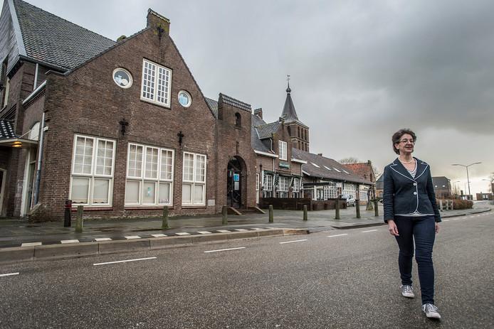 lage zwaluwe-foto : ron magielse thea leest-wintermans is na 4,5 jaar eindelijk de nieuwe eigenaresse van gemeenschapshuis den domp (achter haar).