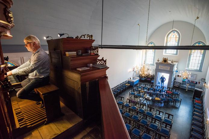 Terwijl de gastheren beneden wachten op nieuwe bezoekers vult organist Henk Oosterveen de opengestelde Doopsgezinde Kerk met de klanken van Bach.