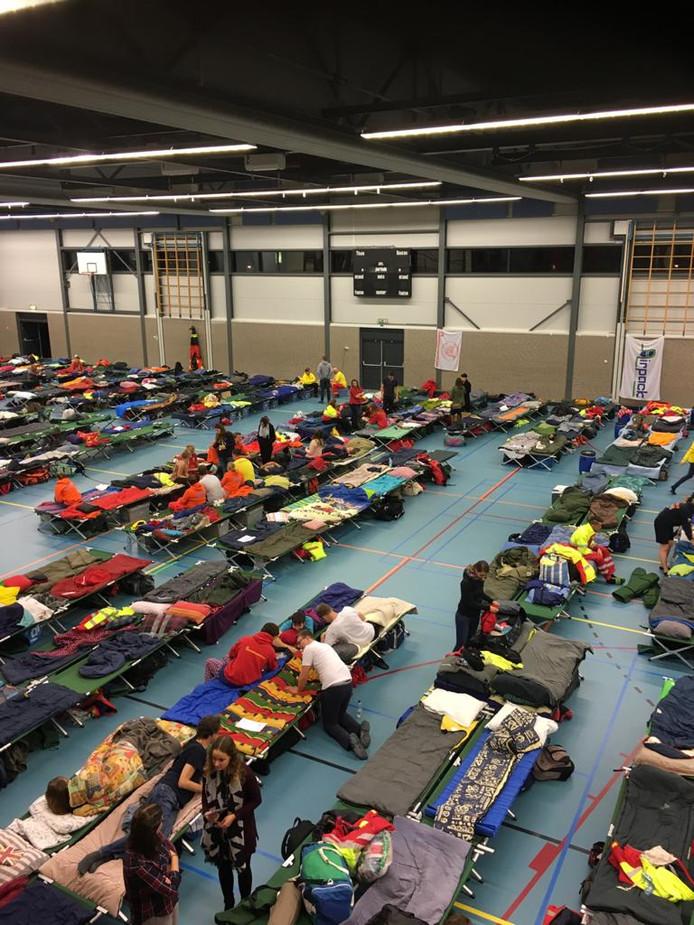 Met 350 leden van reddingsbrigades werd overnacht in sporthallen