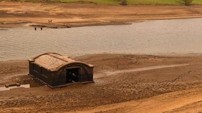 """Lage waterstand van stuwmeer onthult opnieuw """"verloren"""" dorpje in Engeland"""