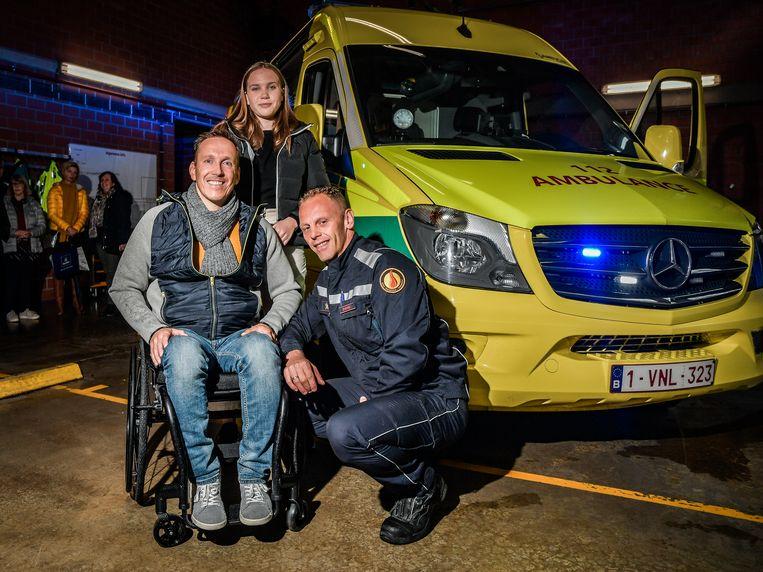 Erwin Vekemans, zijn dochter Bodhi en brandweerman-ambulancier Dirk Evrard.