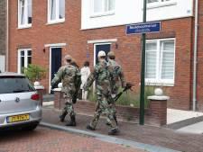 Grote inval door politie en leger met scheppen, prikstokken en detectoren in woning Eemnes