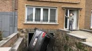Oeps, dat was het gaspedaal in plaats van de rem: onfortuinlijke Henri (93) 'parkeert' wagen op zijn flank op oprit