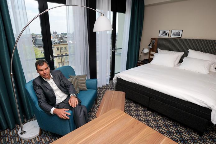 Arjen de Vries in een van de vernieuwde kamers van Haarhuis, het hotel aan het Stationsplein in Arnhem dat hij na twintig jaar van de hand doet. Archieffoto: Gerard Burgers