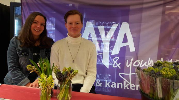 Lindy van Beek en Dani van Zeijst achter hun kraam. Ze zijn er klaar voor. Vanavond willen ze zoveel mogelijk bossen verkopen voor AYA.