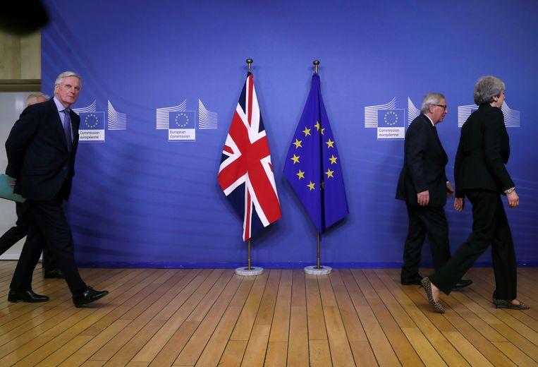 Barnier (l.) en Europees commissievoorzitter Jean-Claude Juncker (2e r.) in Brussel bij het vorige bezoek van premier Theresa May aan de Europese Unie op 20 februari.