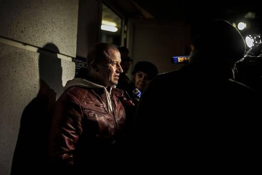 Voormalige Formule 1-coureur Olivier Panis staat de pers te woord bij het Universitair ziekenhuis in Grenoble.