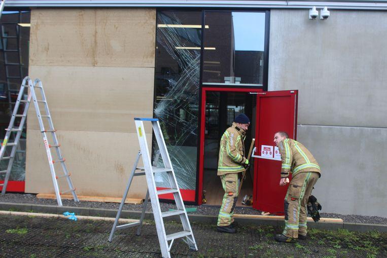 Brandweerzone Zuid West Limburg moest de stuk gereden vitrine maandagochtend voorlopig komen dicht timmeren