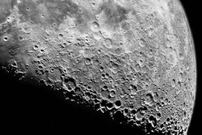 Maan zou wel eens meer water kunnen bevatten dan gedacht en dat heeft gevolgen voor toekomstige ruimtemissies