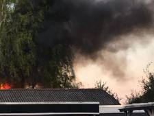Brandweer blust grote brand achter de Mezenstraat in Almelo